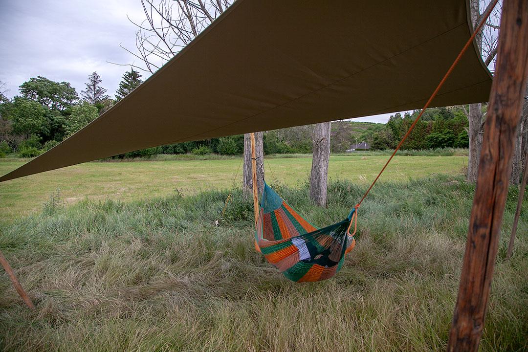 4Punkt-Segel mit Hängematte im Freien unter Bäumen