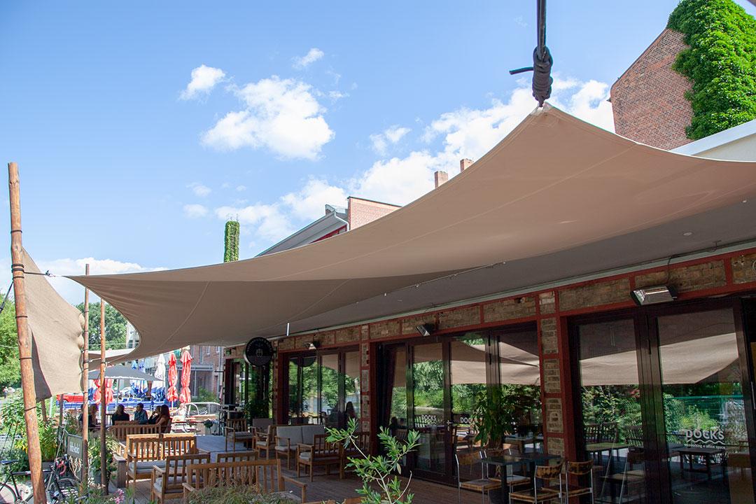 Segelmodell Krone an Wand montiert über Terrasse vom Café